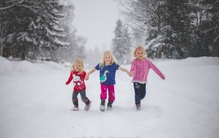 Living in a cold climate as a family photographer can sometimes be a creativity crusher. Since half of the year I feel like I shoot in frigid temperatures, I've learned a lot from past mistakes and have accumulated my top tips on how to make a cold winter session a successful one, especially with little ones who may be crying before the session even starts!