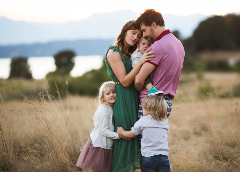 One of my favorite things to do during family sessions is to make sure that mama feels like a queen. I am excited to share five posing and guiding tips that will be sure to leave your mothers looking and feeling amazing!