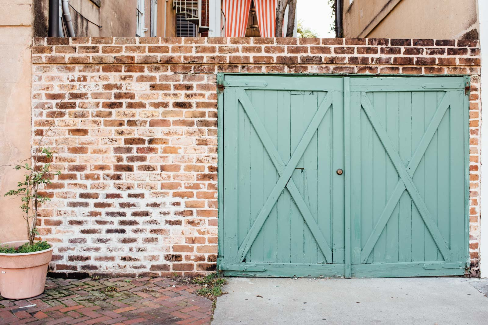 How to use colorful doors in photography composition