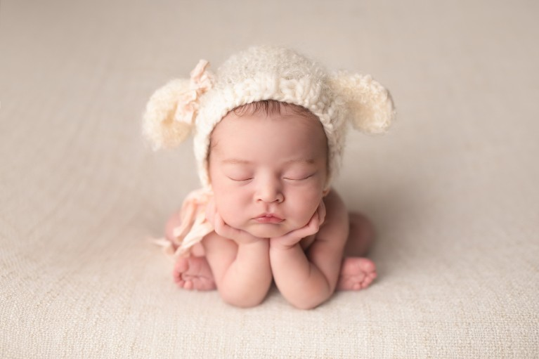 Newborn photography posing flow - Froggy pose