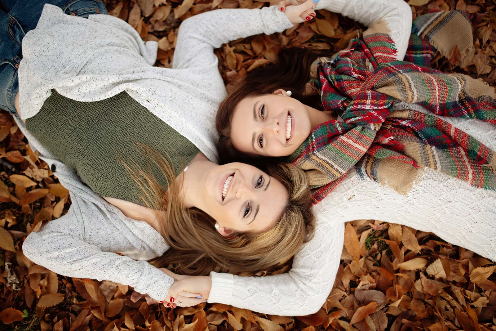 How to photograph senior twins - girls laying in leaves