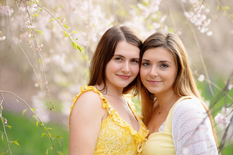 How to photograph senior twins - girls face to face