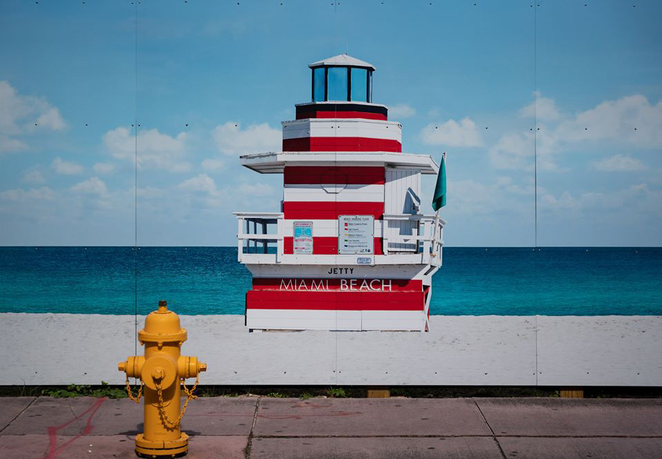 Image of a lifeguard stand, taken with Sigma 24-70 Art lens, zoom lens duo
